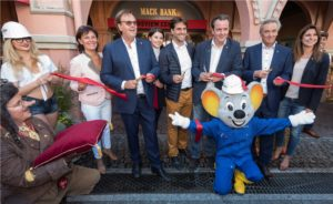 """Die Inhaberfamilie Mack eröffnet feierlich ihre """"Mack Bank"""" – das """"Preview Center"""" des """"Project V"""""""