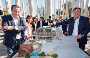 """v.l.n.r.: Michael Mack (Geschäftsführer MackMedia), Marianne Mack mit Tochter Ann-Kathrin, Thomas Mack mit Ehefrau Katja sowie Jürgen und Roland Mack (Inhaber Europa-Park) bei der Enthüllung des """"Project V""""-Modells"""