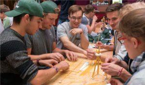 Spaghetti und Marshmallows statt Stahl und Beton: KIT-Studenten bauen im Europa-Park um die Wette