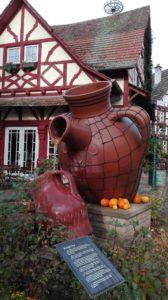 der große Essigkrug auf der Dorfstraße